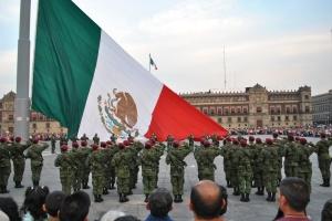 Arriaje_de_bandera_Plaza_de_la_Constitución_(México)